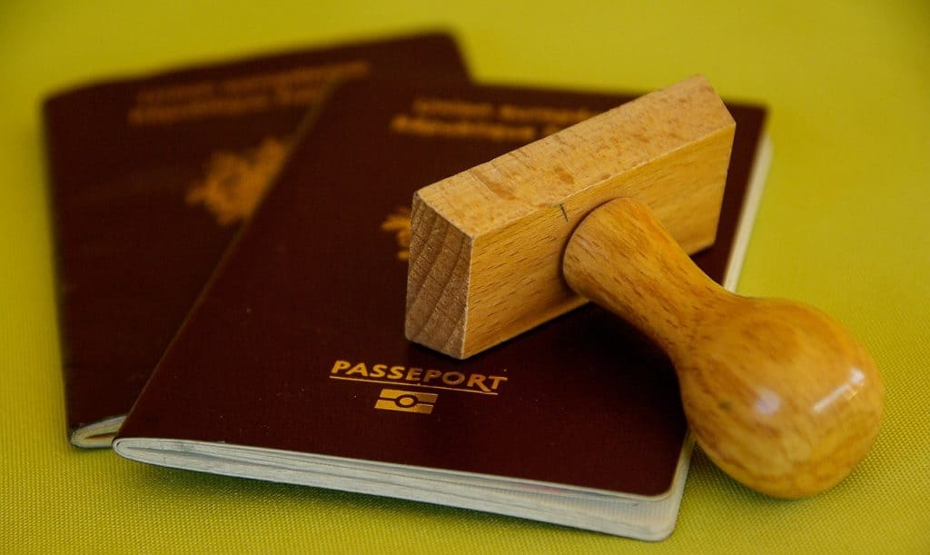 דרכונים אדומים וחותמת